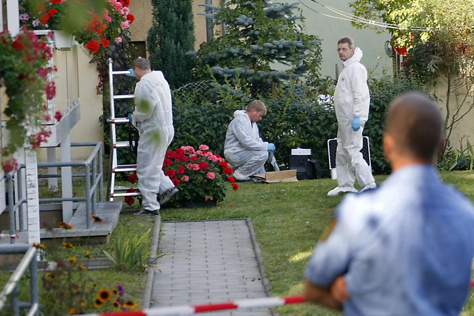 Kriminaltechniker untersuchen den Balkon der Wohnung in der Senefelderstraße in Chemnitz, wo Michael Kaubisch tot gefunden wurde.