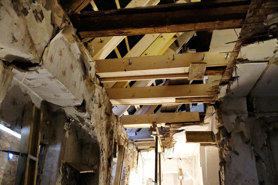 """Das Dach wurde schon mal saniert, im Auftrag der Stadt. Das nennt Walter Hannot allerdings lediglich eine """"kosmetische Sanierung"""". Denn der Hausschwamm wurde nicht komplett entfernt. Denn das abgesägte Holz ließ man damals liegen."""