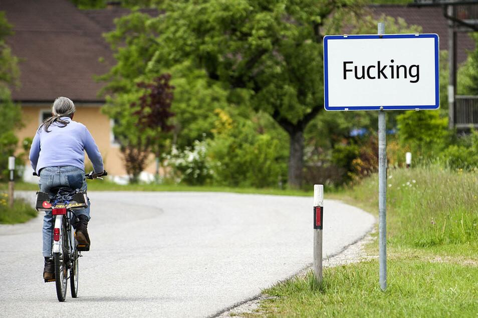 Das Ortsschild des oberösterreichischen Orts Fucking, auf dem bald Fugging stehen soll.