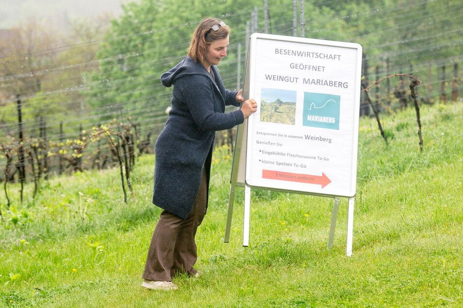 Gab die Hoffnung nicht auf: Winzerin Anja Fritz vom Weingut Mariaberg wollte mit ihrem Hinweisschild trotz des schlechten Wetters die Leute zu sich locken.