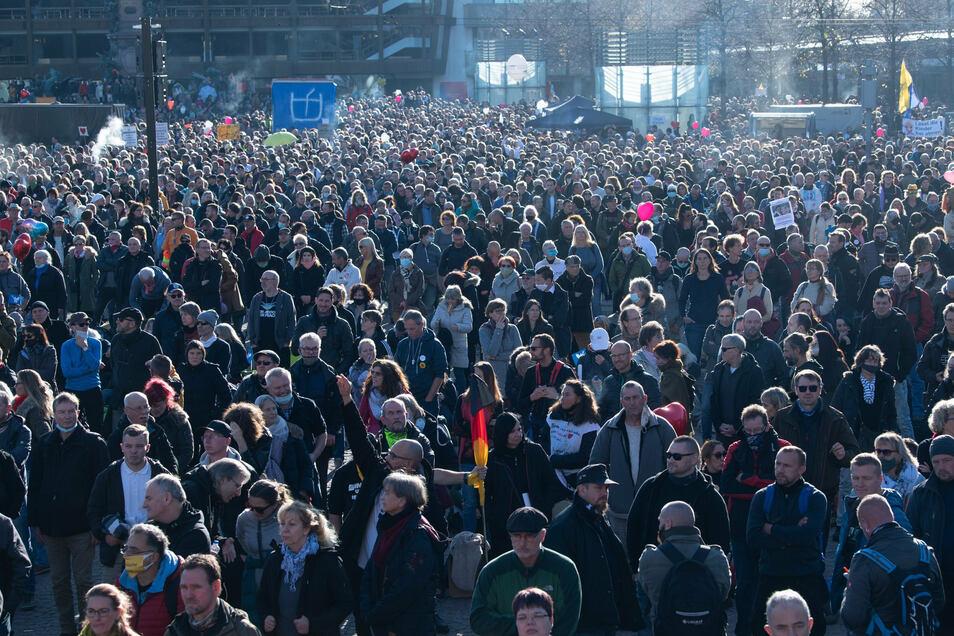 Tausende Teilnehmer der Demonstration der Stuttgarter Initiative ·Querdenken· stehen auf dem Augustusplatz.