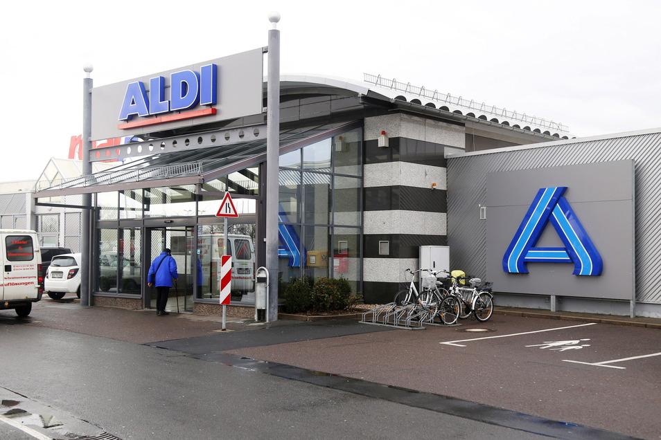 Der Aldi am Riesapark - hier ein Foto aus dem vergangenen Jahr. Als einzige Kette hält Aldi momentan die Maskenpflicht im Geschäft aufrecht. Es hält sich nur nicht jeder dran.