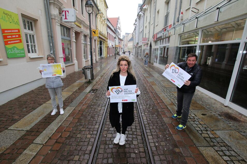 Petra Kempe vom Döbelner Hof (von links), Susan Ranft vom Modegeschäft Soultrip Fashion und Moderator Thomas Böttcher finden die Werbekampagne für Gewerbetreibende gut.