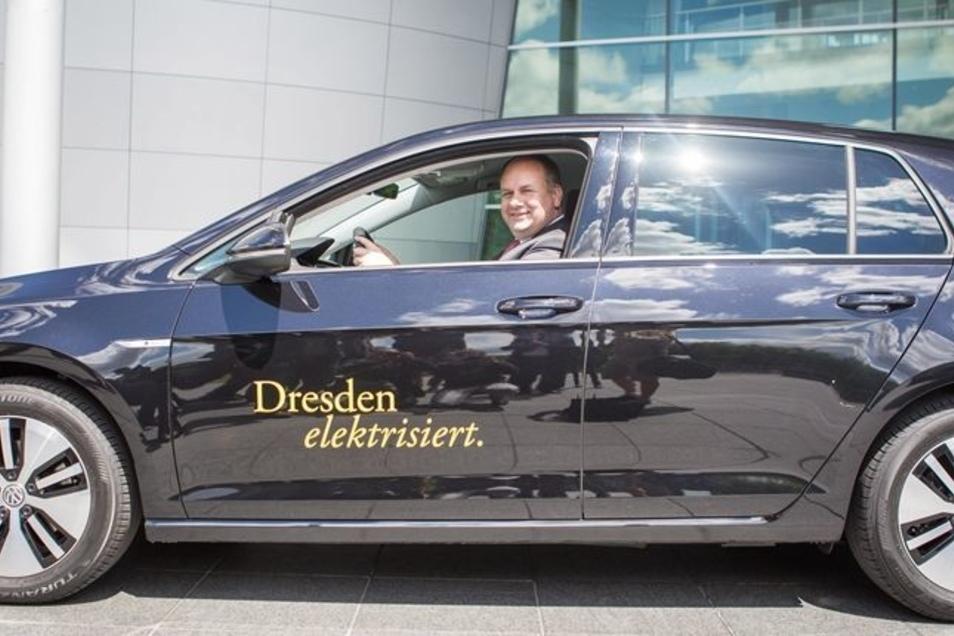 Oberbürgermeister Dirk Hilbert hat im Juni seinen E-Golf in Empfang genommen. Künftig soll es für das Rathaus noch deutlich mehr Elektroautos geben.