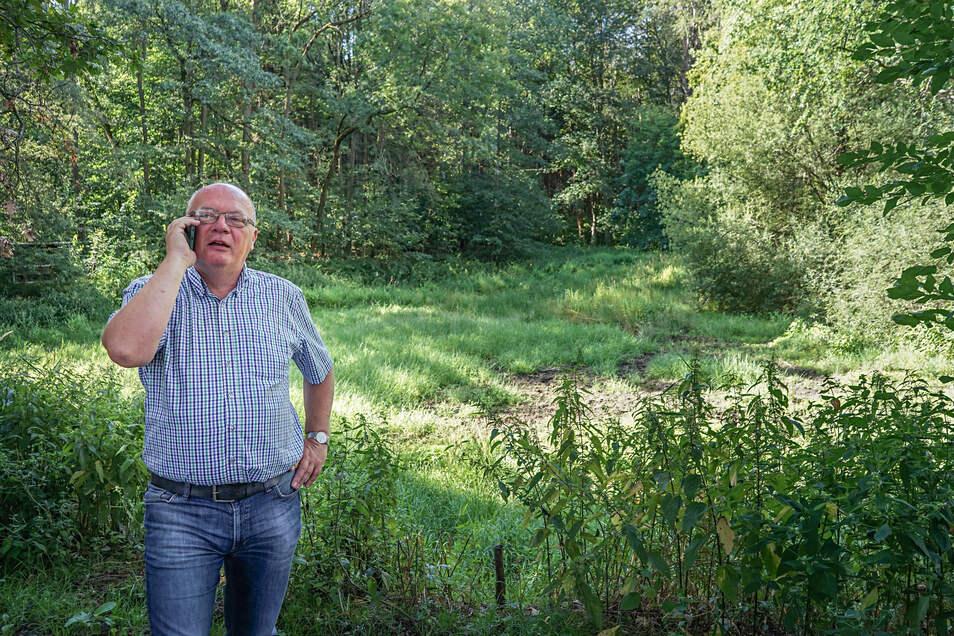 Cunewaldes Bürgermeister Thomas Martolock steht vor dem ausgetrockneten Mordteich zwischen Weigsdorf-Köblitz und Wurbis, einem Ortsteil von Schirgiswalde-Kirschau. Eigentlich dient er als Feuerlöschteich. Nun muss er repariert werden.