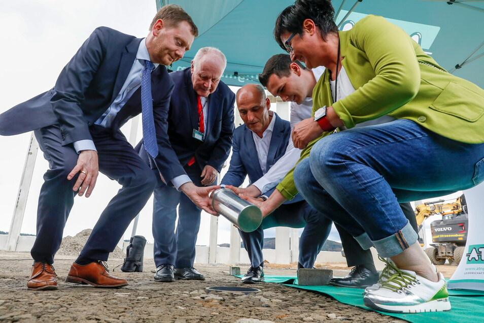 Grundsteinlegung für die neue Halle von ATN mit Ministerpräsident Michael Kretschmer, Alt-MP Georg Milbradt, ATN-Chef Torsten Hölzel und dessen Sohn Martin und Oppachs Bürgermeisterin Sylvia Hölzel (v.l.n.r.)