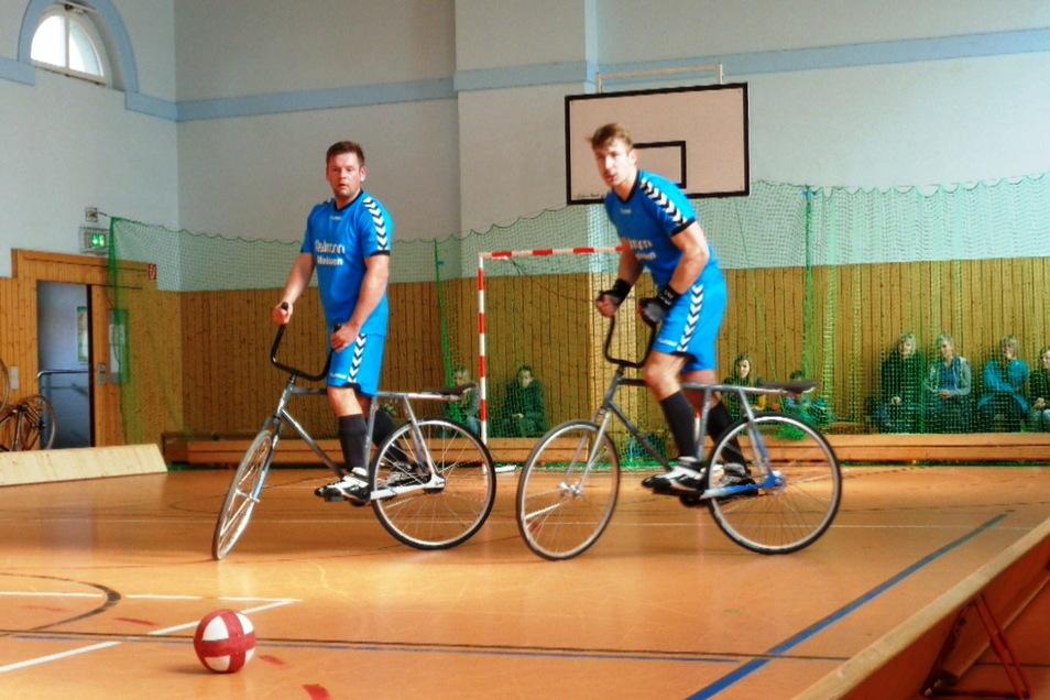 Frank Engelmann (li.) und Elias Zschörper spielen in der Verbandsliga der Radballer. Wegen Corona haben sie seit einem Vierteljahr nicht mehr gemeinsam auf dem Parkett gestanden.