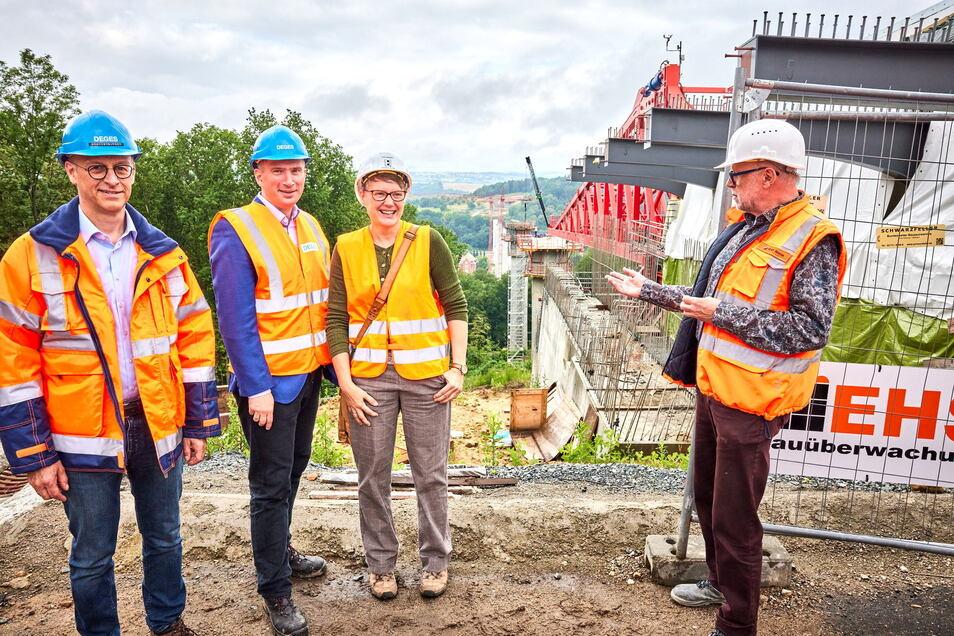 Dirk Brandenburger, technischer Geschäftsführer der Deges, mit Wirtschaftsminister Martin Dulig, Susann Dulig und Bauoberleiter Ulrich Gawlas (v.l.) an der Südumfahrung-Baustelle: Derzeit liegen die Baukosten bei 160 Millionen Euro.