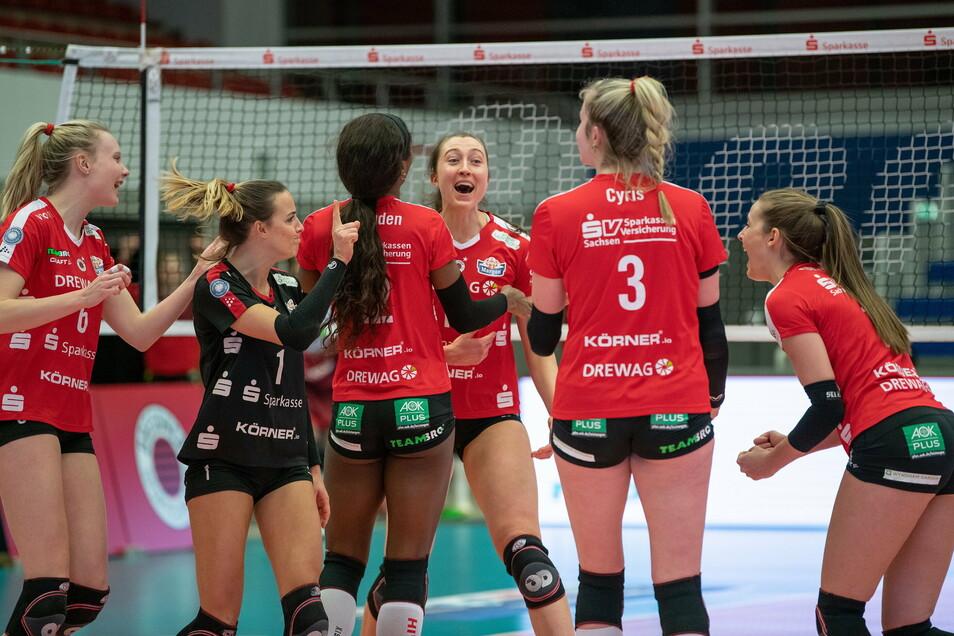 Kamen nicht ins Schwitzen, gewann aber klar gegen den neuen Meisterschaftskonkurrenten: die DSC-Volleyballerinnen.