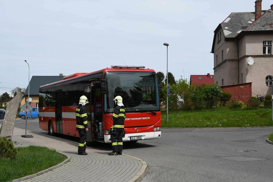Die Feuerwehr brachte die Bewohner zu einem Bus, der diese zu einer Turnhalle fuhr.