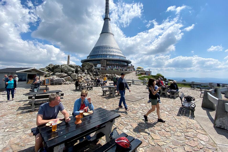 Der futuristische Hotel- und Fernsehturm-Bau auf dem Berg Jeschken ist das Wahrzeichen der tschechischen Stadt Liberec. Bei schönem Wetter wandern, fahren und radeln täglich Hunderte Menschen hinauf.