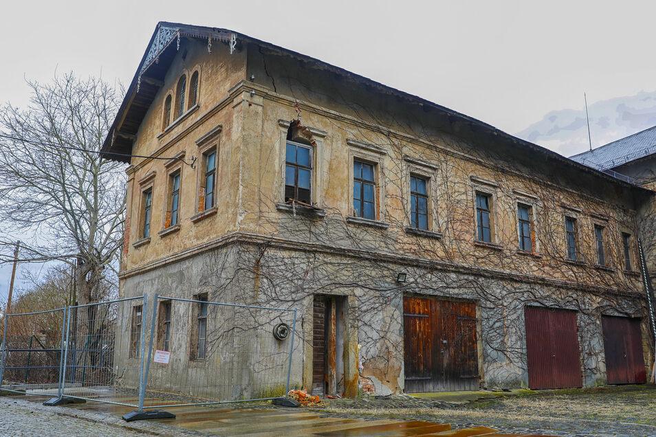 Kurz nach der Bachsanierung im Jahr 2014 fing die Fassade des denkmalgeschützten Gehöfts in Schönbach an zu bröckeln.