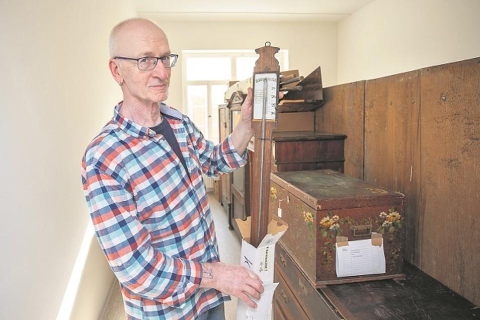 Klaus Geier, Mitarbeiter des Museums, hält ein Barometer in der Hand. Es ist bereist im neuen Depot angekommen.