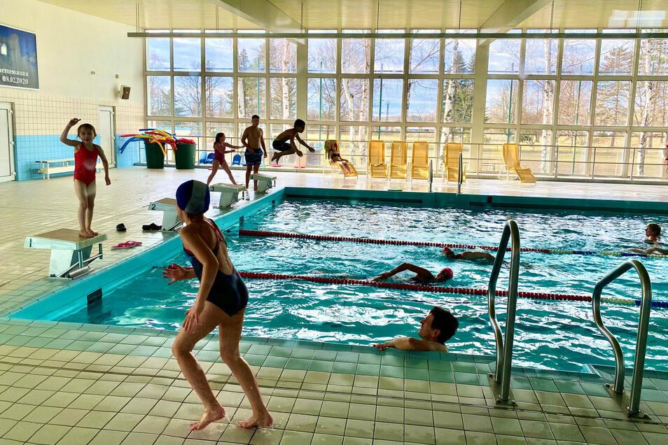 Hochbetrieb in der Hirschfelder Schwimmhalle: Die Halle wird von vielen Gemeinden für den Schwimmunterricht der Grundschulen genutzt.