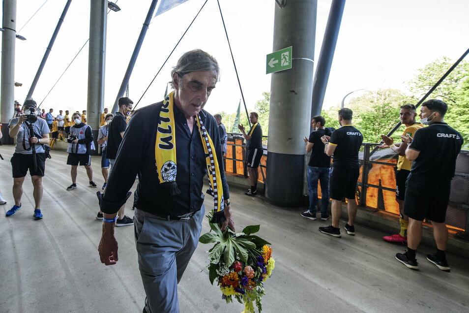 Beim Spiel gegen den VfL Osnabrück Ende Juni 2020 bereiteten Mannschaft und Fans Ralf Minge einen emotionalen Abschied von Dynamo.