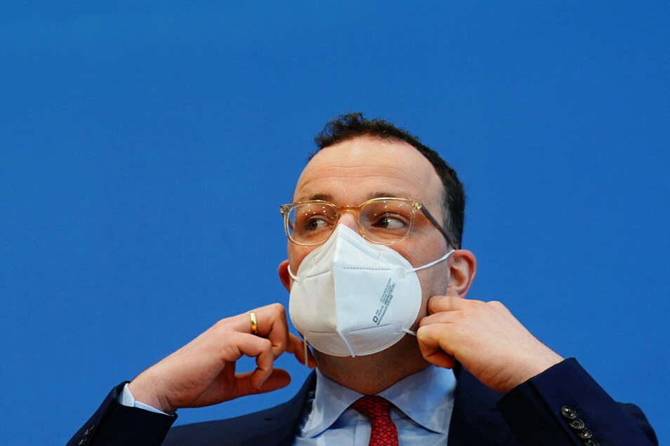 Bundesgesundheitsminister Jens Spahn hat die kostenlose Abgabe von FFP2-Masken durch Apotheken offenbar gegen den Rat seiner Fachabteilungen im Ministerium durchgesetzt.