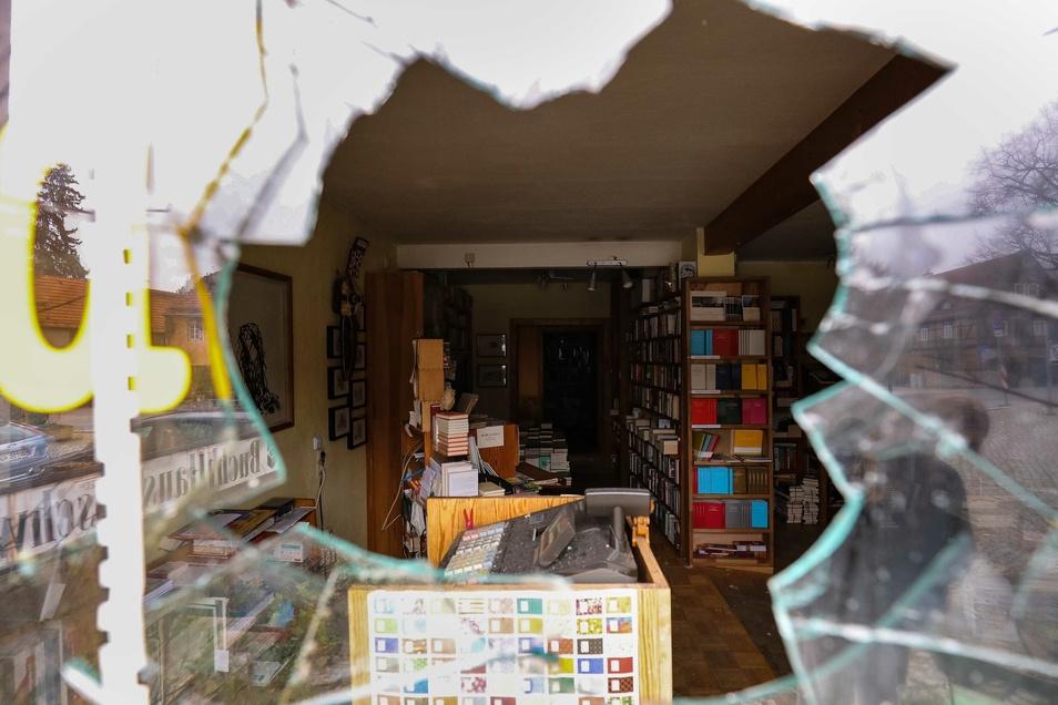 In der Nacht zum Montag wurde ein Schaufenster des Dresdner Buchhauses Loschwitz eingeschlagen. Anschließend warfen die Täterinnen und/oder Täter eine Flasche mit Säure in den Laden.