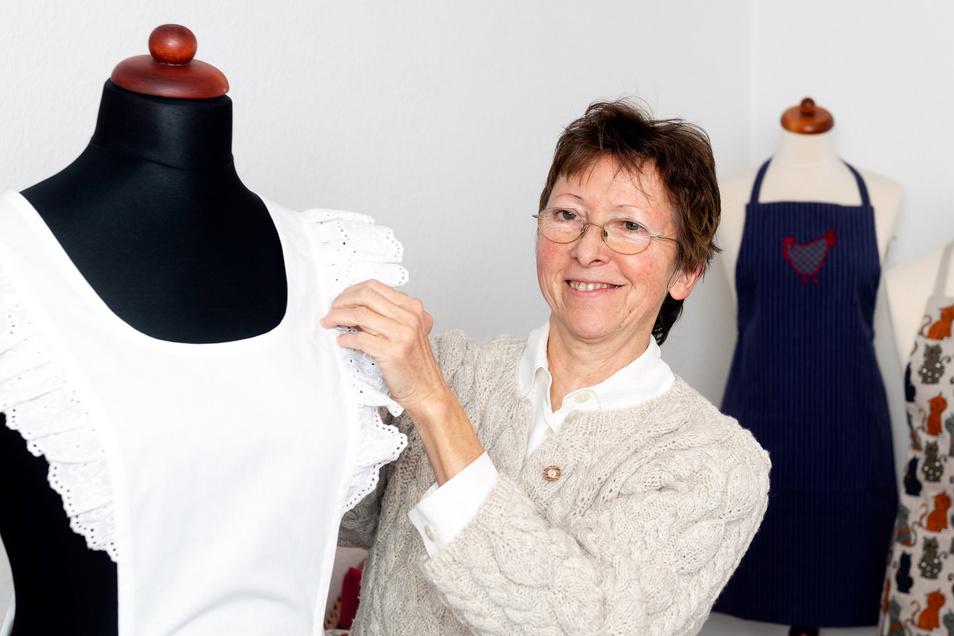 """Mit Schürzen – nostalgischen wie im Vordergrund oder bunten und aus Blaudruck – startete Karin Mross durch, als sie 2008 ihre Manufaktur """"Die Lade"""" gründete. Seitdem kamen weitere Erzeugnisse hinzu."""
