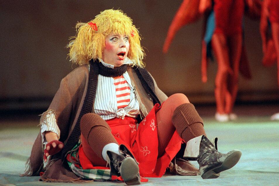 """Ellen Tiedtke spielt im Friedrichstadtpalast in Berlin eine Szene aus der Kinderrevue """"Die Sonne""""."""