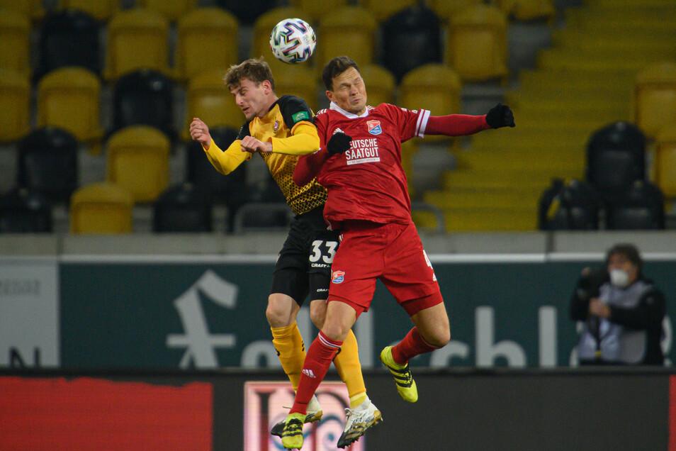 Hart umkämpft und wenig ansehnlich ist die Partie in der Anfangsphase, hier Christoph Daferner gegen Unterhachings Robert Müller.