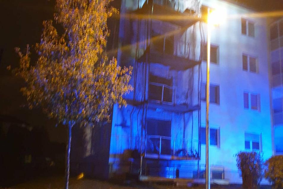 Kurz nach 4 Uhr waren die großen Feuer gelöscht. Hier die zerstörten Balkone.