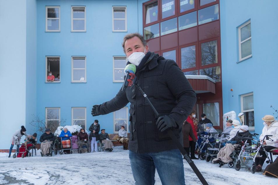 Auf Abstand, mit Maske – aber deswegen kein bisschen weniger unterhaltsam: MDR-Moderator Silvio Zschage sorgte am Sonntagvormittag in Riesa für Abwechslung bei Bewohnern und Personal vom PBZ-Seniorenheim am Hospitalweg.