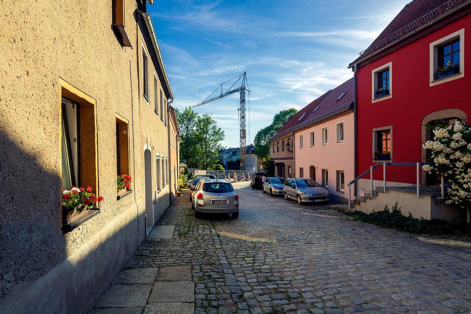Die Straße Am Hof heute – fotografiert aus der gleichen Perspektive. Zurzeit schaut man auf einen hohen Turmdrehkran.