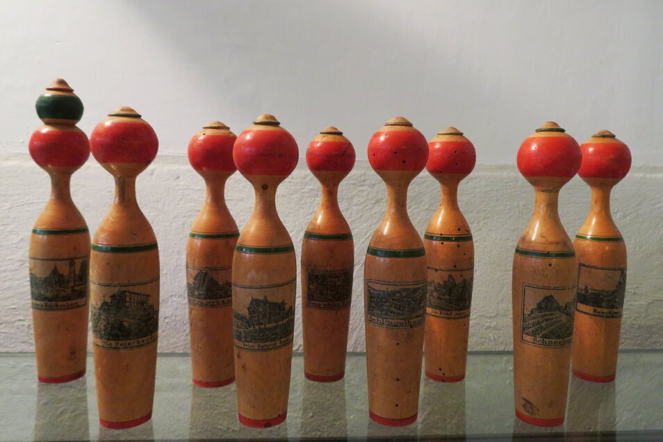 """Die neun Kegel zeigen Riesengebirgsbauden. Die Kegel waren sinnbildlich für """"Rübezahls Kegelbahn""""."""