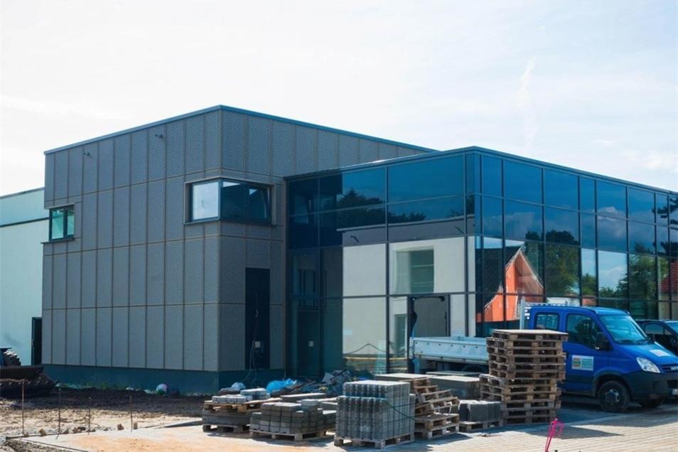 Die neue Bühlauer Schwimmhalle ist außen nahezu fertig.
