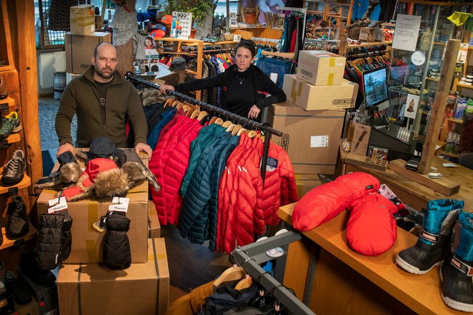 """Die Winterware stapelt sich in den Läden: Inhaber Tilo Wenig und Geschäftsleiterin Stefanie Geyer betreiben das Bergsportgeschäft """"Die Hütte"""" in Dresden."""
