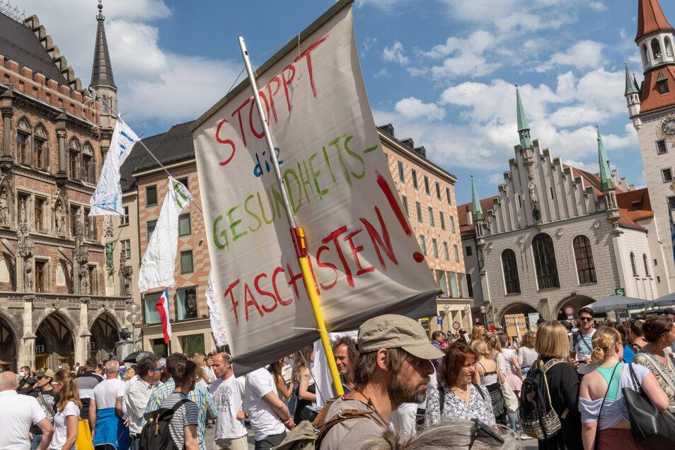 Demonstration dicht zusammen stehender Menschen gegen die Corona-Beschränkungen in München.