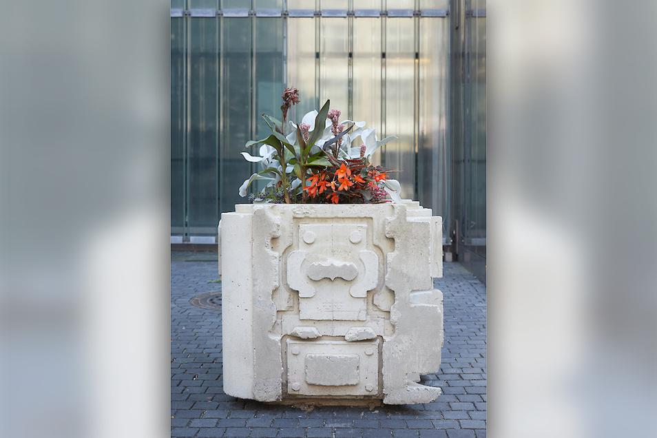 """Blumen im Beton. Die Leipziger Künstlerin Klara Meinhardt schuf diese """"Maschine Typ Maya"""" 2019."""