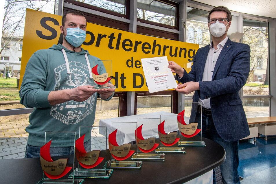 """Ralf Kruggel vom Karateverein """"Kenbukan"""" Döbeln hat von Oberbürgermeister Sven Liebhauser die Auszeichnung für seinen Verein entgegengenommen Sein Sohn Willi Kruggel war 2019 auf Bundesebene erfolgreich in seinem Sport."""