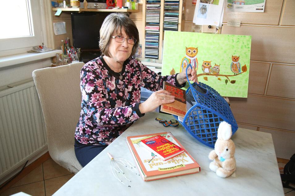 Heidemarie Jäger packt ihren Plastikkorb für den nächsten Einsatz. Mit Liederbüchern und einem Plüschhasen fährt sie zu unheilbaren Kranken, um ihnen im Ehrenamt Beistand zu geben. Darüber hinaus malt die Seerin gern auf Leinwand und Steine.