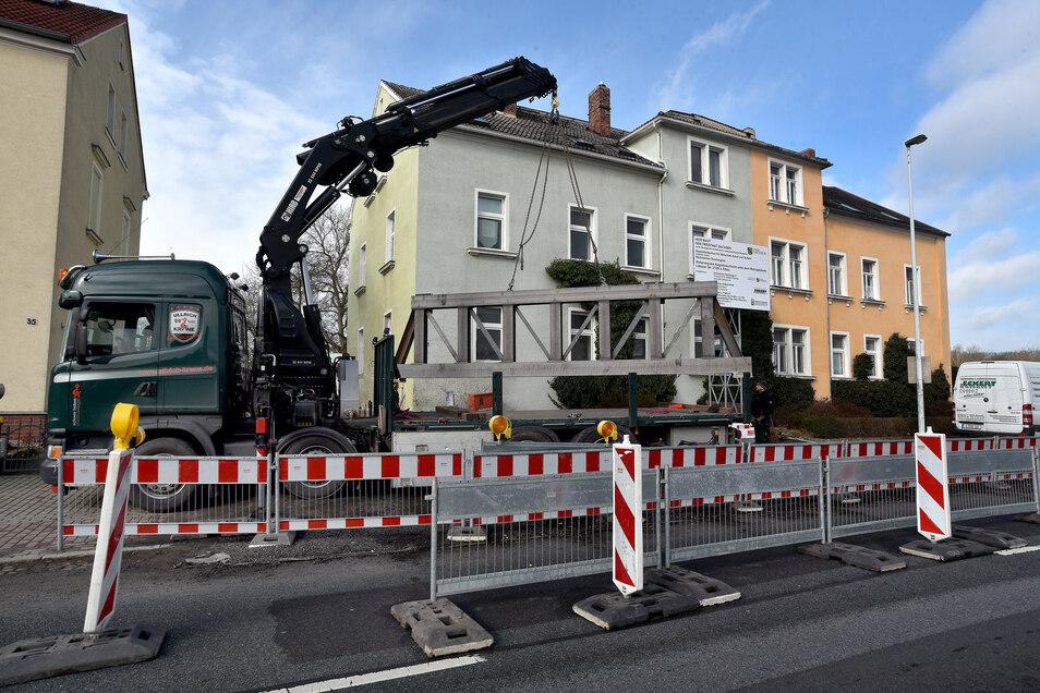 Weil unter diesen zwei Wohnhäusern in der Löbauer Straße in Zittau ein alter Bergbauschacht verläuft, werden die Gebäude jetzt aufwendig und dauerhaft gesichert.