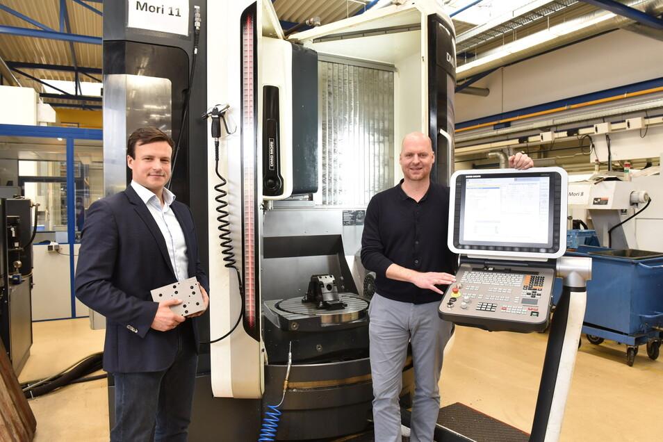 Jakub Kleinschmidt (li.) und Christoph Herbrig, die beiden Geschäftsführer, stehen an einem der modernen Fünf-Achs-Anlagen ihres Unternehmens in Höckendorf.