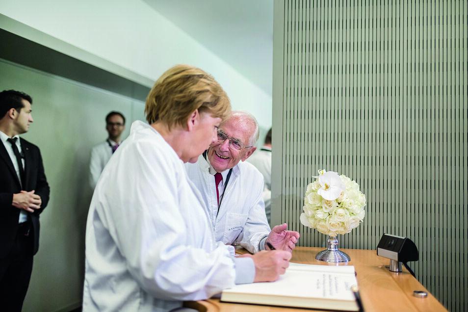 Bundeskanzlerin Angela Merkel und Walter Lange bei der Eröffnung der neuen Manufaktur 2015.