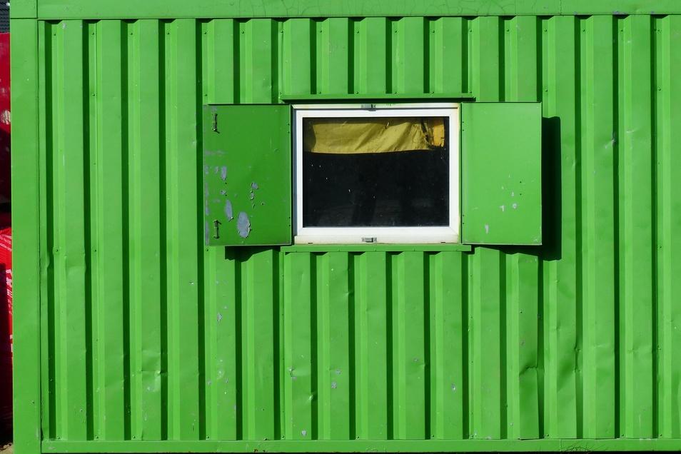 Baucontainer oder -wagen dienen auf Baustellen nicht nur als Unterschlupf für Arbeiter, oft wird dort auch Material gelagert. Auf das hatten es jetzt Diebe in Meißen abgesehen.