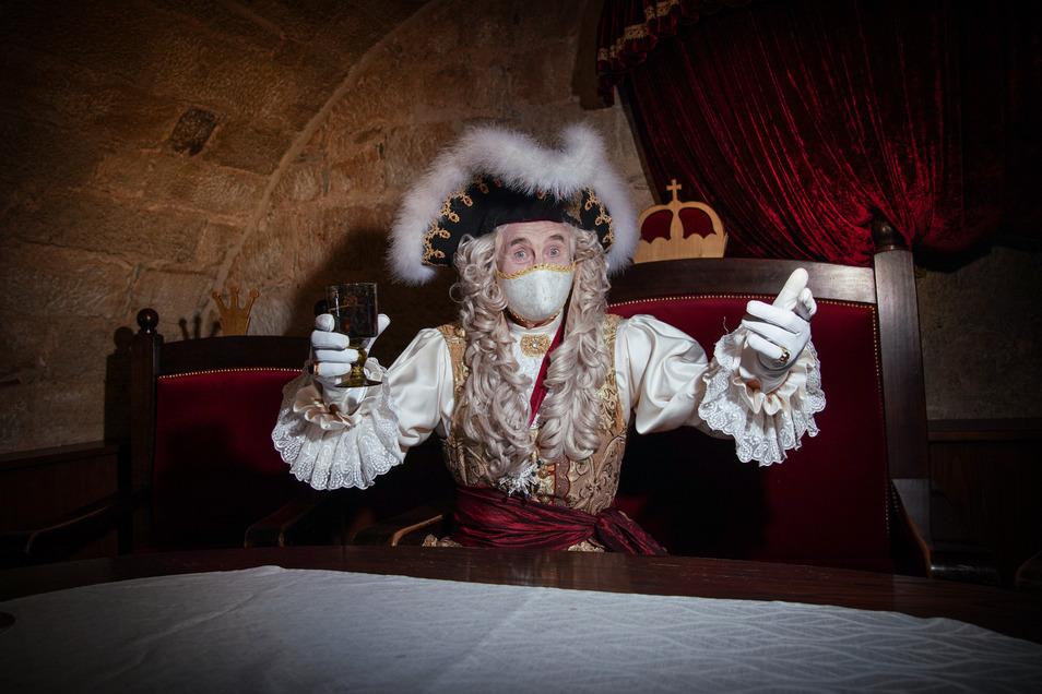"""Mit edler Maske: """"Ach, Corona, wir haben schon die Cholera überstanden"""": August der Starke alias Klaus-Dietmar Matthes unterhält seit einer Woche wieder die Gäste im Dresdner Restaurant Sophienkeller – samt edel bestickter Maske."""