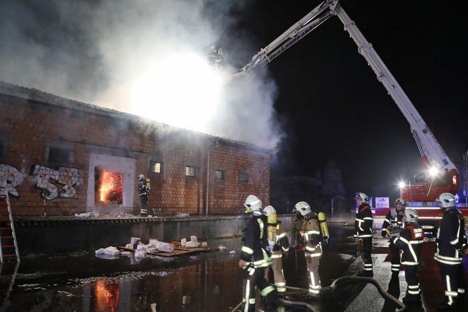 Löschwasser aus vollen Rohren von obendrauf war die einzige wirksame Möglichkeit der Brandbekämpfung.