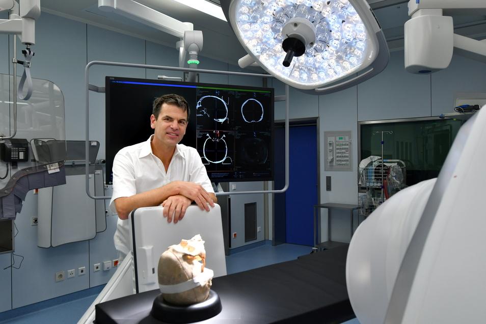 Der Chef der Neurochirurgie am Städtischen Klinikum, Florian Stockhammer, hat bereits die ersten Patienten im neuen Hybrid-OP operiert.