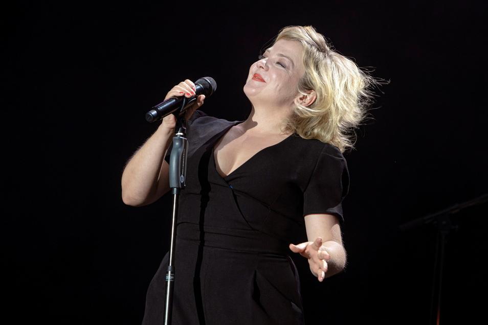 Annett Louisan sagt von sich, sie sei klein, aber wenigstens nicht dünn. Selbstironie gehört für die Sängerin, die am Donnerstag in Dresden auftrat, unbedingt dazu.