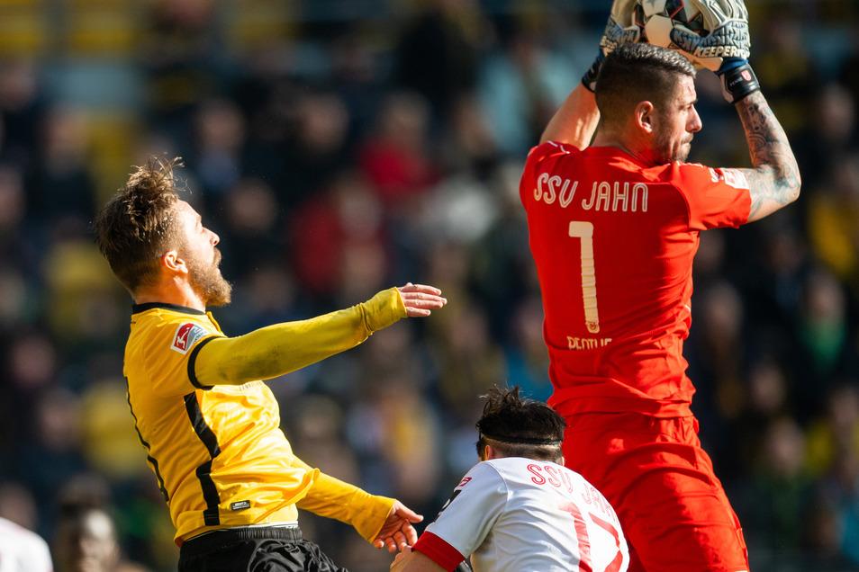 Er fängt den Ball sicher, bevor Dynamos Patrick Ebert (l.) auch nur in der Nähe ist. Mit Jahn Regensburg hielt Philipp Pentke bei seinem bislang letzten Spiel in Dresden im Februar 2019 ein 0:0 fest.