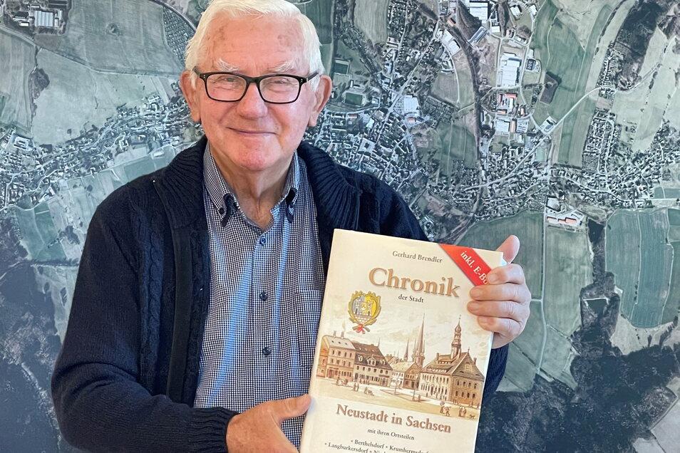 Dr. Gerhard Brendler hat nach fünf Jahren die Chronik von Neustadt fertig. Ein gewichtiges Werk.