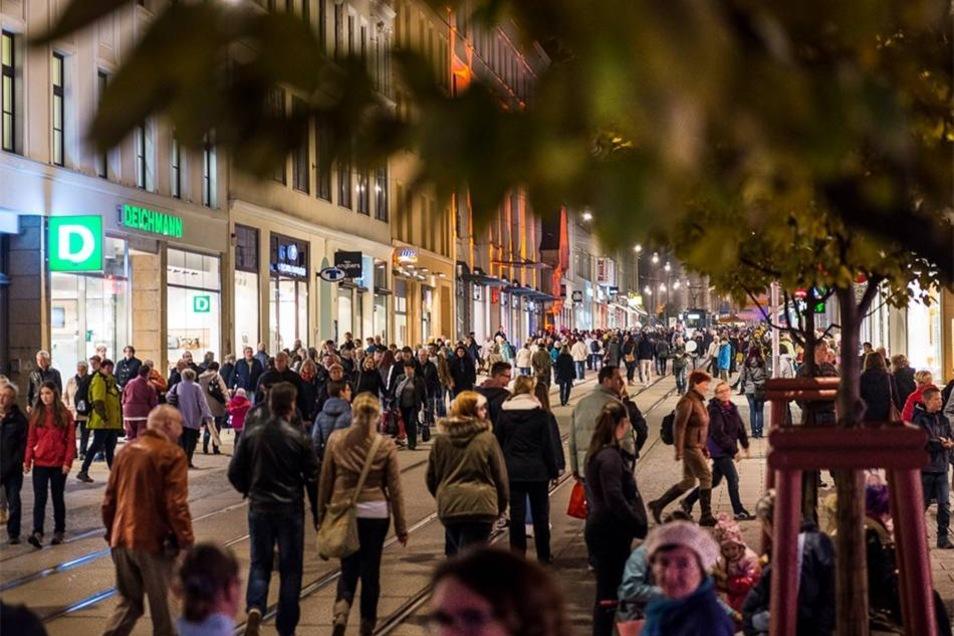 Das Lichterglanzfest zog zahlreiche Menschen in die Berliner Straße.