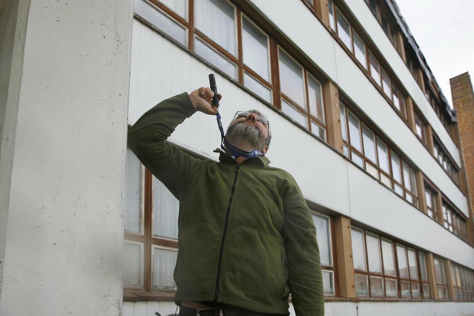 Diplombiologe Thomas Frank organisiert den Umzug der Fledermäuse. Die Zeit jetzt im Herbst ist für die Umsiedlung genau richtig, so der Fachmann.