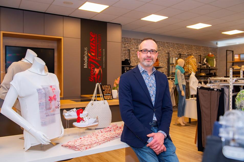 Im Stammhaus in Frauenhain hat Christoph Haase gerade das Erdgeschoss aufwendig umbauen lassen. Den Standort Riesa gibt der Modehändler nun allerdings auf.