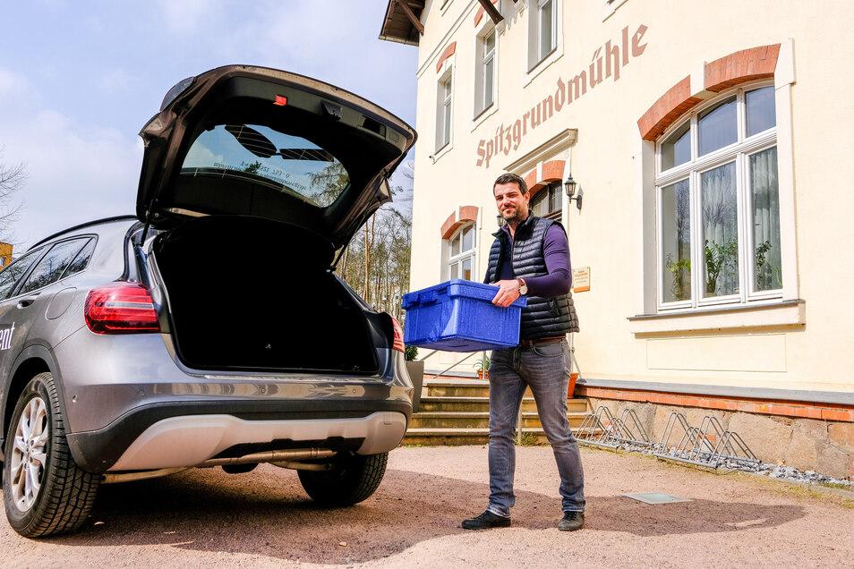 Spitzgrundmühle Coswig: Wirt Marek Kvasnicák hat einen Lieferservice für seine Bestellkunden eingerichtet und fährt das Essen selbst rum.
