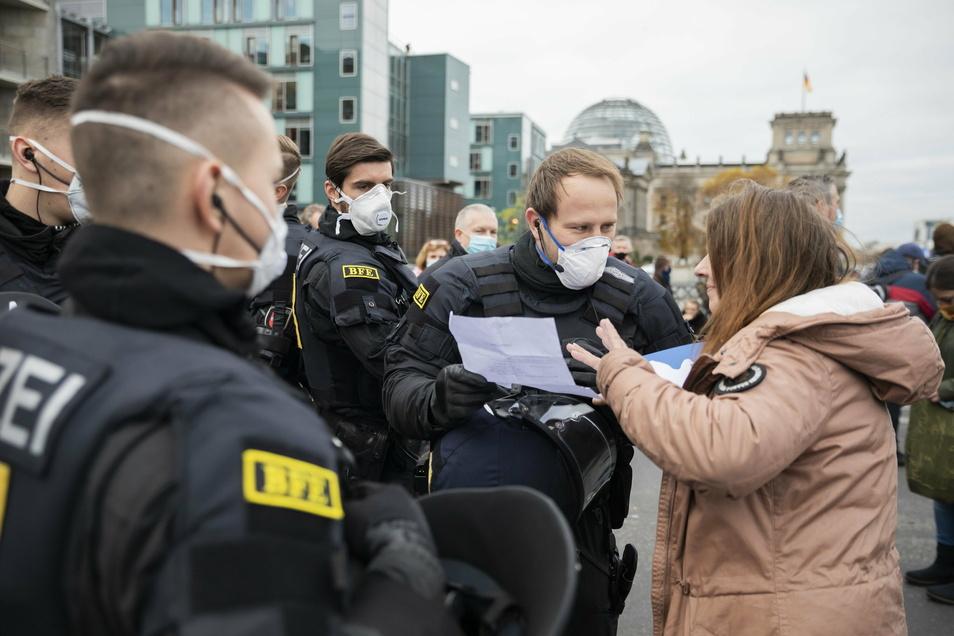 Ich brauche keine Maske, ich habe ein Attest: Polizisten haben immer häufiger mit falschen oder ungenauen Attesten zu tun. Sie kontrollieren bei Demonstrationen – wie hier am Mittwoch in Berlin –, aber auch verstärkt im Alltag.