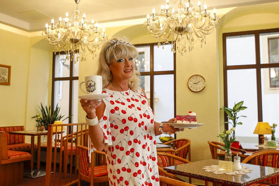 Die beiden Kronleuchter sorgen für Wiener Charme im neu gestalteten Café Schedel in Zittau.